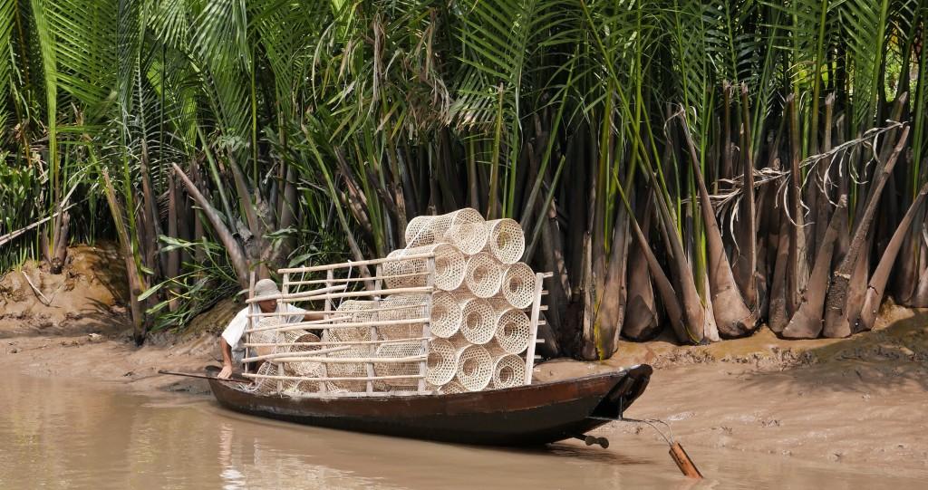 Paat on täis kalapüüniseid, mida mõõnaga kaldaäärsesse mutta asetati.