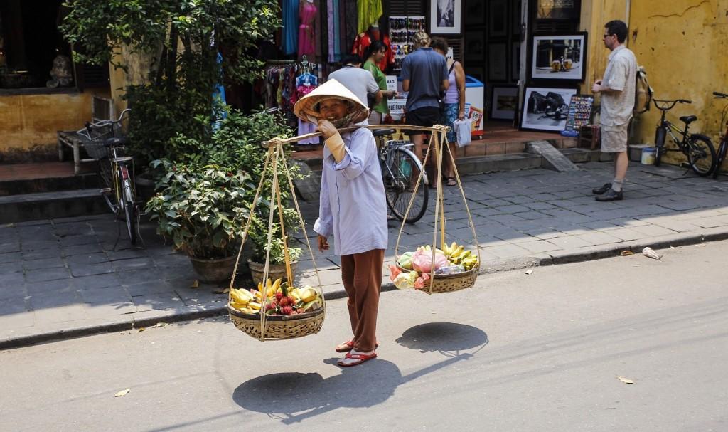 Puuvilju kandvad naised pakkusid end ise pildistamiseks välja ja olid lahkelt valmis ka turistile foto jaoks oma kooku laenama -- küllap lootsid nii kergemini puuvilju müüa.